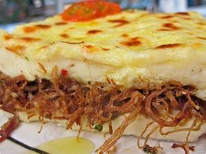 Brasilianische Küche: Escondidinho – Maniokbrei mit Fleisch